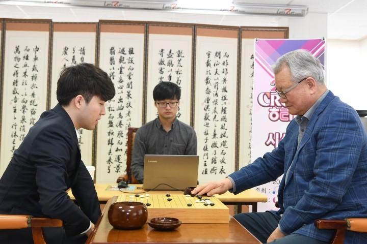 윤영달_크라운해태_회장(오른쪽)과_박하민_5단과의_기념대국.JPG