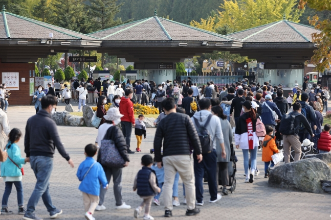 [단독] 광복절, 추석, 한글날 연휴에 주요 놀이공원 출입 인원만 26만1753명 | 인스티즈