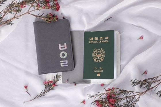 꽃과 한글 이미지로 만든 여권 케이스.