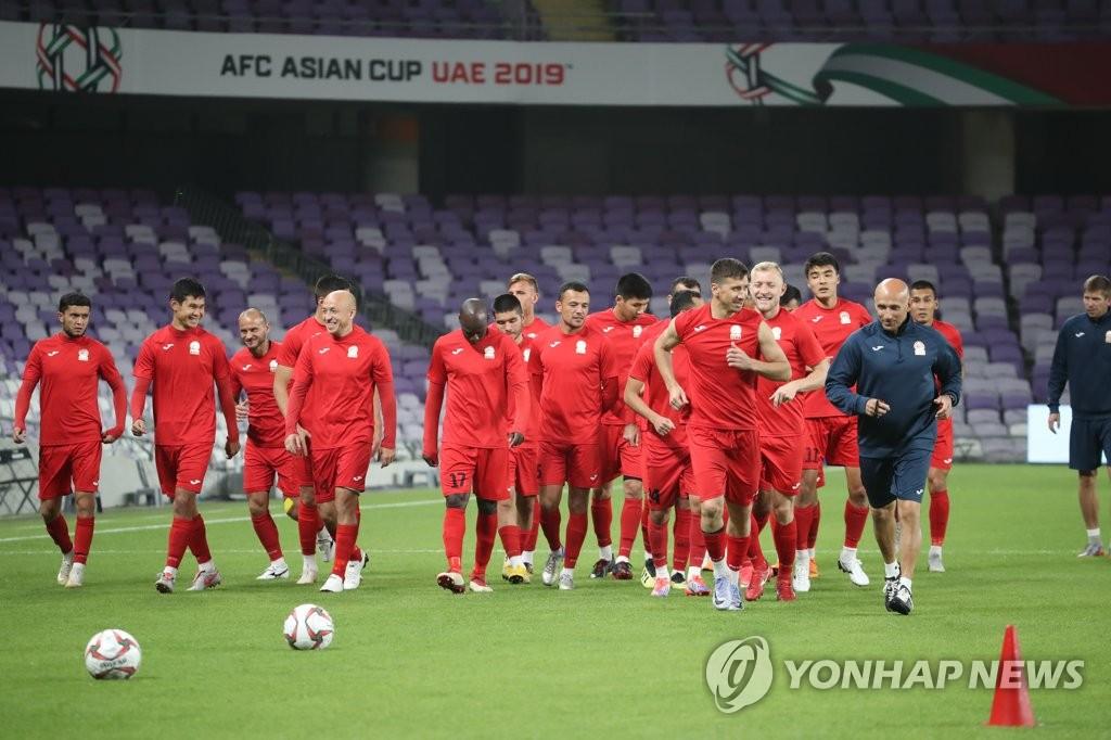 몸푸는 키르기스스탄 축구 대표팀