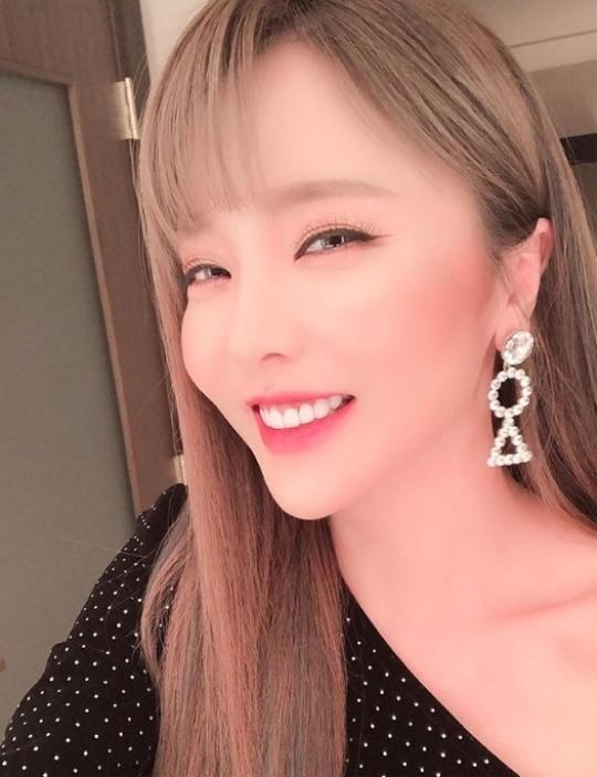 """""""애교에 살살""""..홍진영, 치명적인 눈웃음"""