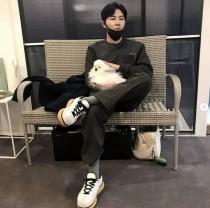 '인생술집' 이규형, 친구 강아지 품에 안으며 찰칵 '시크 매력'… '비밀의 숲' 범인 비화 눈길