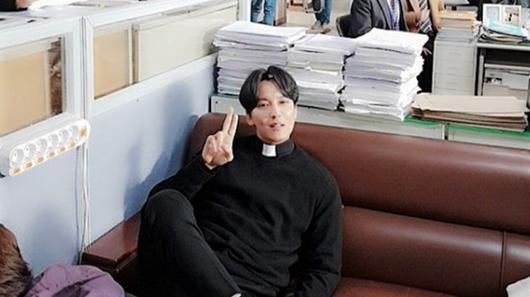 '열혈사제' 김남길, 미카엘 신부님의 귀여운 매력
