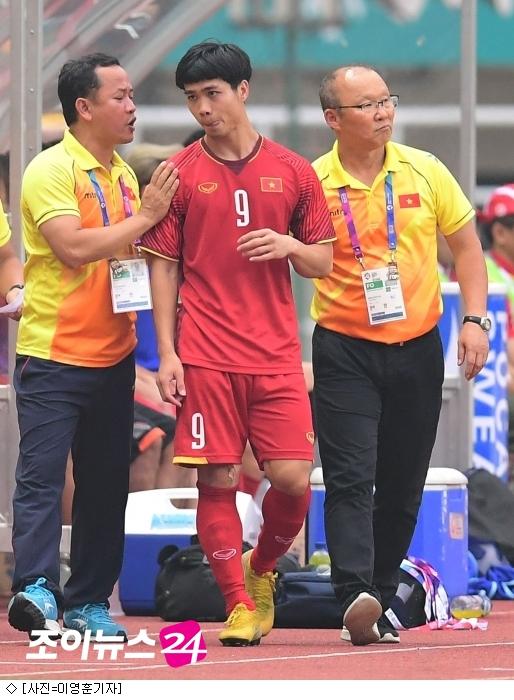 """베트남 언론 """"박항서 교체 카드 또 적중"""" 칭찬"""