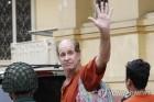 캄보디아, 간첩죄로 6년형 받은 호주인 다큐감독 추방