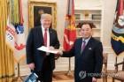 작아진 '친서 봉투'…'백악관 회의' 연상케 하는 김영철 면담(종합)