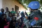 남수단에 파견된 유엔 평화유지군과 아이들
