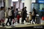 """터미널·역 귀경 행렬 시작…""""남은 연휴, 이제 쉬어야죠"""""""