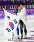 한국보도사진전 sports feature 우수상 '올림픽 정신, 고다이라 품에 안기는 이상화'