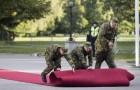 """""""교황 오신다"""" 레드 카펫 깔고 있는 에스토니아 군인들"""