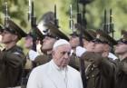 """""""의장대 사열 중"""" 에스토니아 도착 교황"""