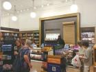 격변의 뉴욕 유통 현장 가보니…위워크 앞 아마존 서점은 스페셜티 카페 겸해 미 最古 백화점 맨해튼 본점은 '눈물의 폐업'
