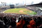추위 녹인 11만 야구팬…프로야구 개막일 최다 관중 신기록