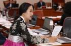 """김수민·손혜원 한복 국감, 반응 '냉랭'… """"꼭 입어야 했나"""""""