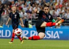 눈물 씻은 호날두… FIFA 시상식 불참 속내는