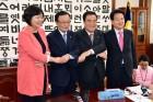 남북정상회담 참여 3당 대표와 손잡은 문희상 국회의장