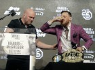맥그리거, UFC 여덟 경기 '백사장'과 계약 기념 위스키 '원샷'