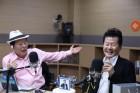 태진아, '허리케인 라디오' 2주년 축하..최일구와 의리 빛났다