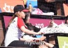 에이핑크 오하영 '야구팬들과 기념촬영하는 팬서비스'
