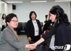 정현백 장관 '전시 성폭력 생존자 운동가와 함께'