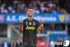 호날두‧모드리치‧살라, UEFA 올해의 선수 최종 후보…메시 제외