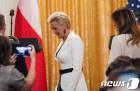 美-폴란드 정상 기자회견장 도착하는 영부인들