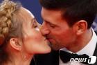 라우레우스 스포츠 대상 시상식서 부인과 키스하는 조코비치