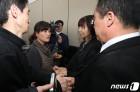 한화공장 유가족 위로하는 고 김용균씨 부모