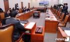 """국회 외통위 '반쪽' 개최…한국당 """"김연철 처제 증인 채택해야"""""""