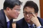 논의하는 민병두 위원장과 전해철 의원