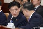 노형욱 국무조정실장과 대화하는 홍남기 부총리