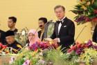 말레이서 인니어로 인사한 文… '외교 결례' 아니라는 KBS