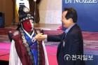 변검 배우 김동영과 악수하는 정세균 국회의장