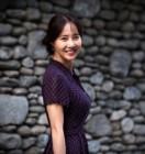 """'불타는 청춘' 강경헌 일상샷, 화사함 가득한 미소… """"담벼락 빌려 사진찍기"""" 빛나는 미모"""