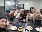 """조재윤, 커피프렌즈 출연진과 함께 '찰칵'… """"그동안 행복했어"""""""