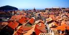 붉은 지붕·눈부신 해변으로도 감출 수 없는 비극의 역사
