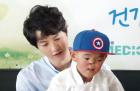 탤런트 송중기씨 서울성모병원 방문...'코없는 소년' 네르구이 반갑게 재회