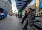 동국제약이 '치질 막아주는 방석'을 서울 버스정류장에 설치했어요