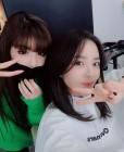 '3월 컴백' 박봄, 산다라박과 훈훈한 우정...꽃미모 인증 셀카로 화제