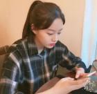 배우 박유나, 핸드폰에 집중하는 모습도 '예쁨가득'
