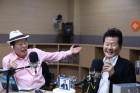 태진아, 최일구 '허리케인 라디오' 2주년 축하위해 깜짝 등장…신곡 '김선달' 열창