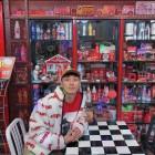 """나몰라패밀리 김경욱, 대형 장식장 앞에서 찍은 사진 화제…""""피규어로 코디하신 듯"""""""