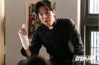 '열혈사제' 김남길, 신부님은 작전 회의 중…'잘생긴 외모 눈길'